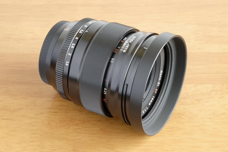 XF16mmと汎用丸型メタルフード。