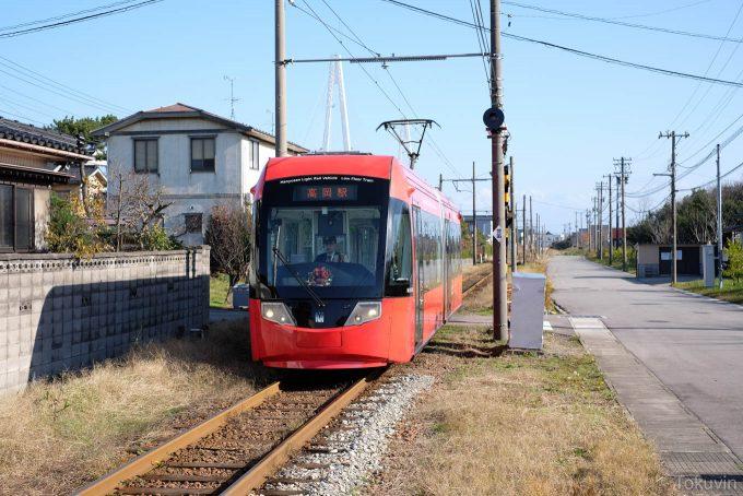 海王丸駅に入線する高岡行き