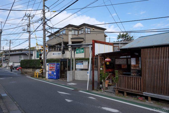 由比ヶ浜駅前の道路(X-T1 + XF16mm F1.4R)