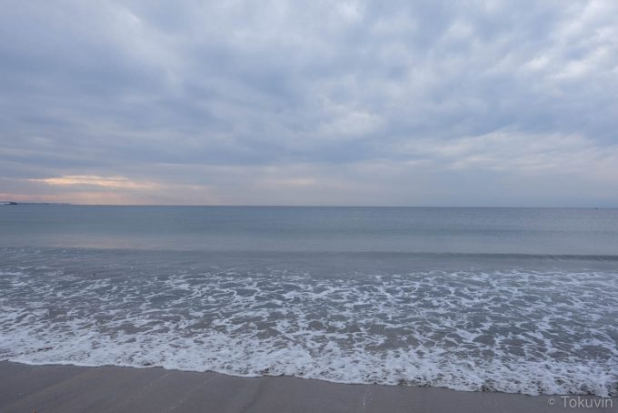 由比ヶ浜の波打ち際(X-T1 + XF16mm F1.4R)