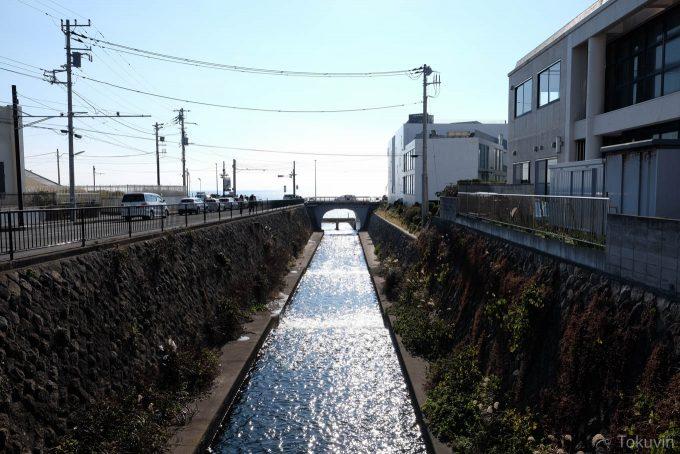 七里ヶ浜駅近くの川(X-T1 + XF16mm F1.4R)