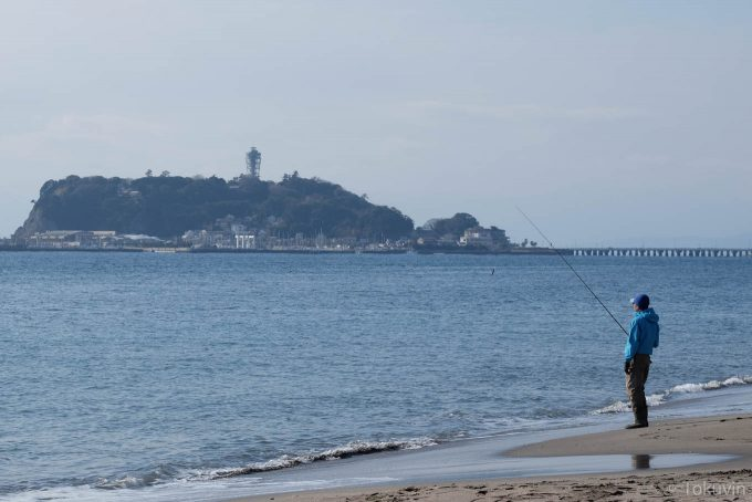 釣り人と江ノ島(X-T1 + XF90mm F2R)