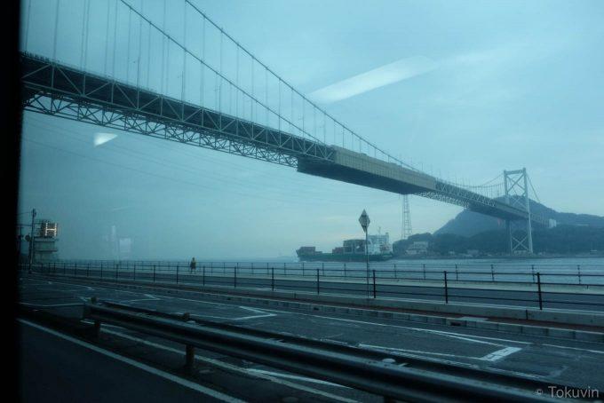 バス車内から見る関門橋 (X-T1 + XF16mm F1.4R)