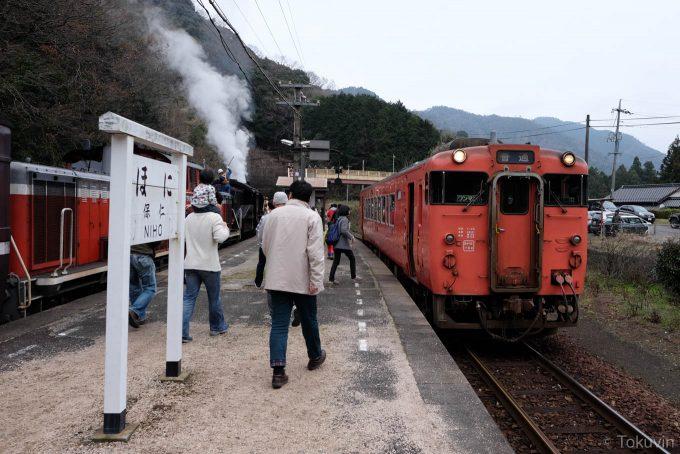 仁保駅で普通列車と交換