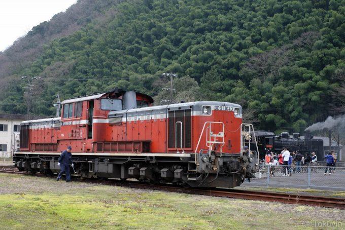 休憩中のディーゼル機関車 DD51