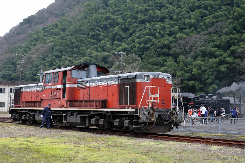休憩中のディーゼル機関車 DD51。