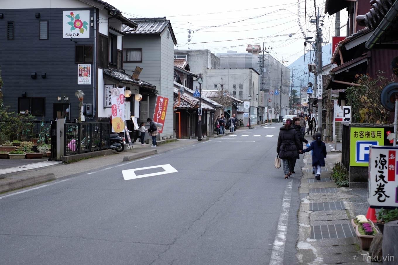 駅前の道路を進む。