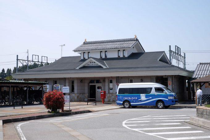 河毛駅舎とコミュニティバス