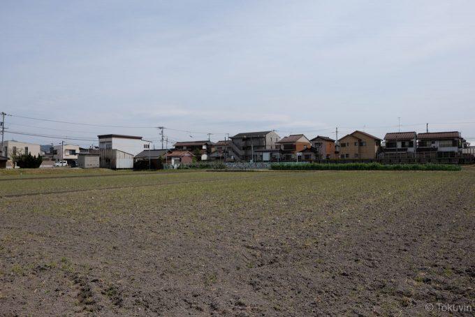 木太町駅の周囲は住宅と畑が広がる