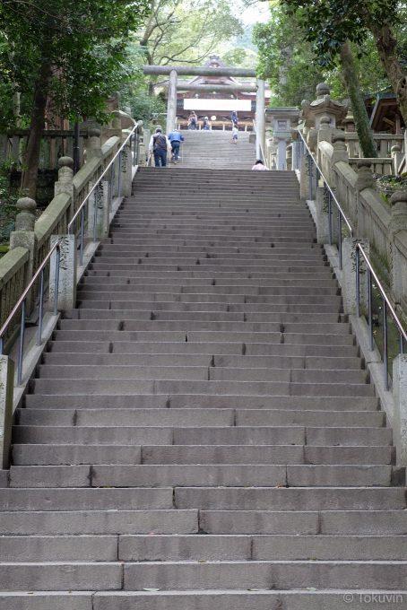 御本宮前の長い石段