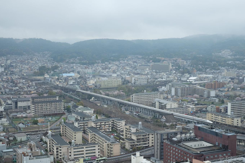 眼下を走る新幹線。