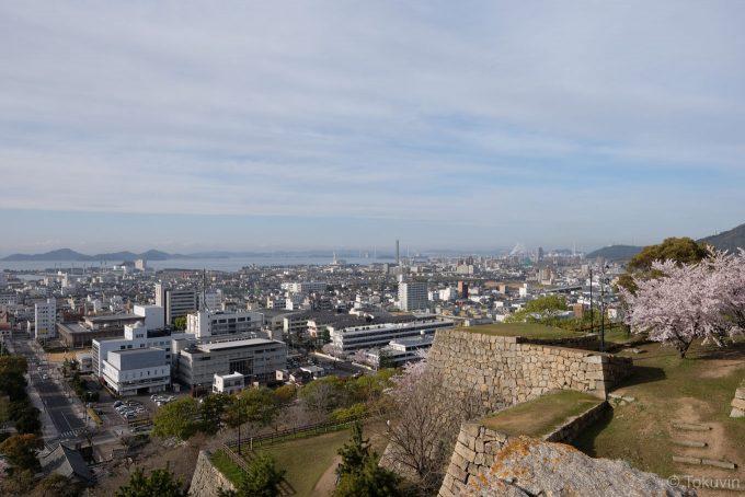 丸亀城から瀬戸大橋方面を望む (X-T1 + XF16mm F1.4R)