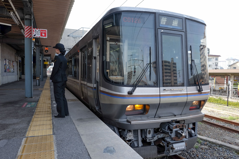 長浜駅で発車を待つ、普通列車の敦賀行き 133M。