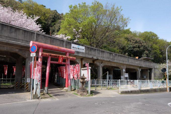 高架下にある駅入口