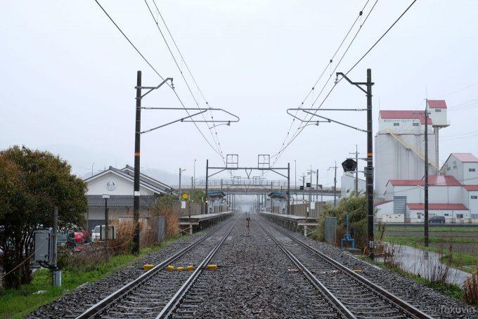 坂田神明宮の踏切から駅を望む