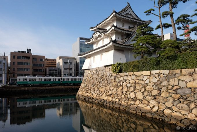 高松城の艮櫓と琴電 (FUJIFILM X-T1 + XF16mm F1.4R)