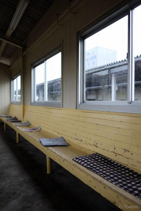 坂田駅 上り線待合室の木製ベンチ