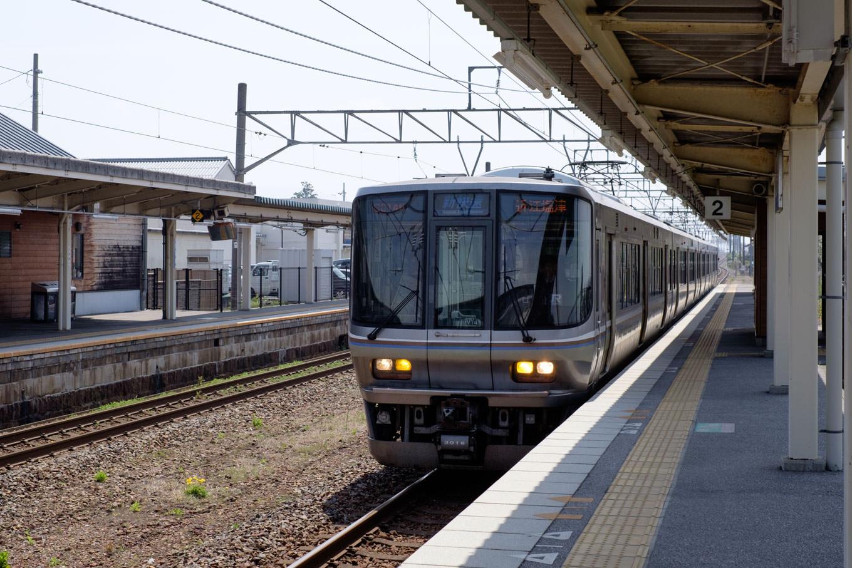 虎姫駅に入線する、普通列車の近江塩津行き 3232M。