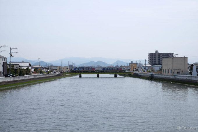 詰田川の鉄橋を渡る特急列車(X-T1 + XF35mm F1.4R)