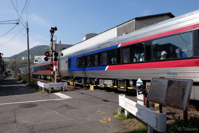 野球踏切を通過する特急列車