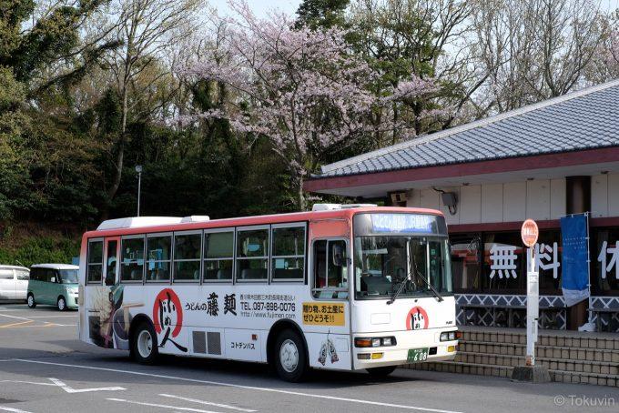 JR屋島駅行きのシャトルバス(X-T1 + XF35mm F1.4R)