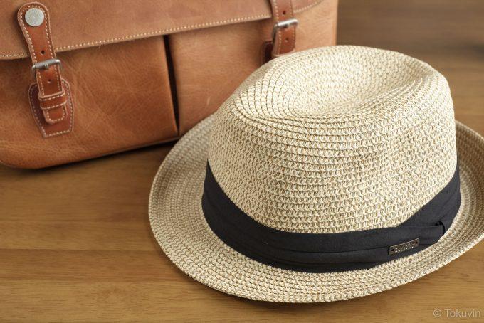 麦わら帽子とカメラバッグ