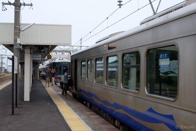 同一ホームに並ぶ列車