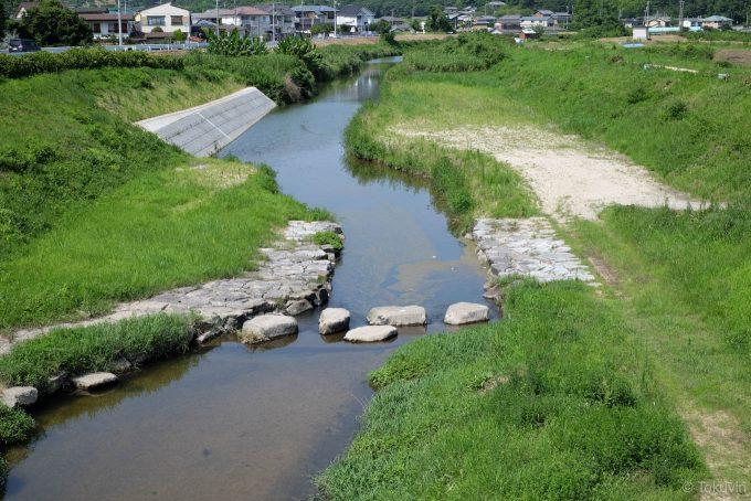造田を流れる鴨部川