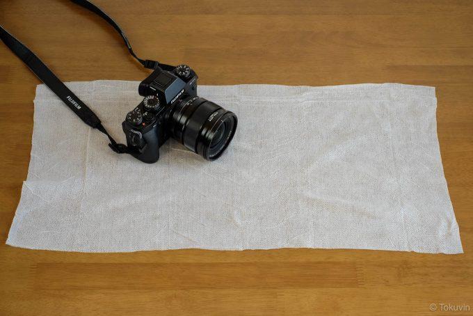 広げたぬれタオルをカメラとサイズ比較