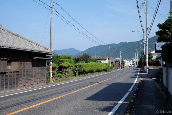 国道の狭い歩道を歩く