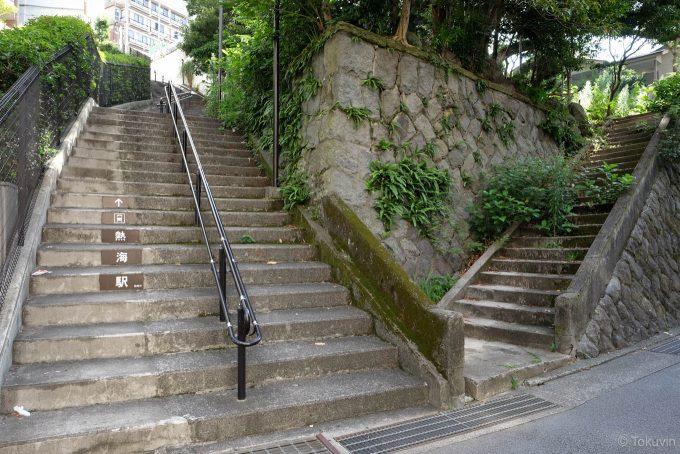 駅と海の間は階段だらけ (FUJIFILM X-T1 + XF16mm F1.4R)