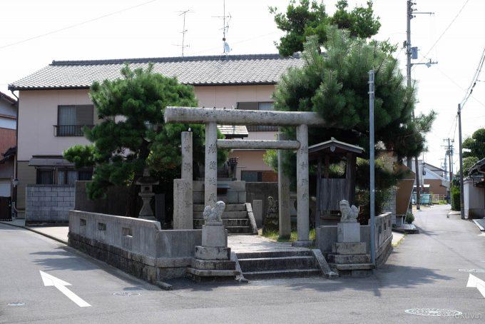 道路に挟まれた祇園神社