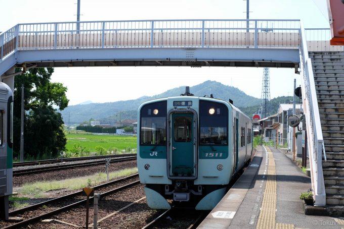 引田駅に入線する徳島行き 4333D