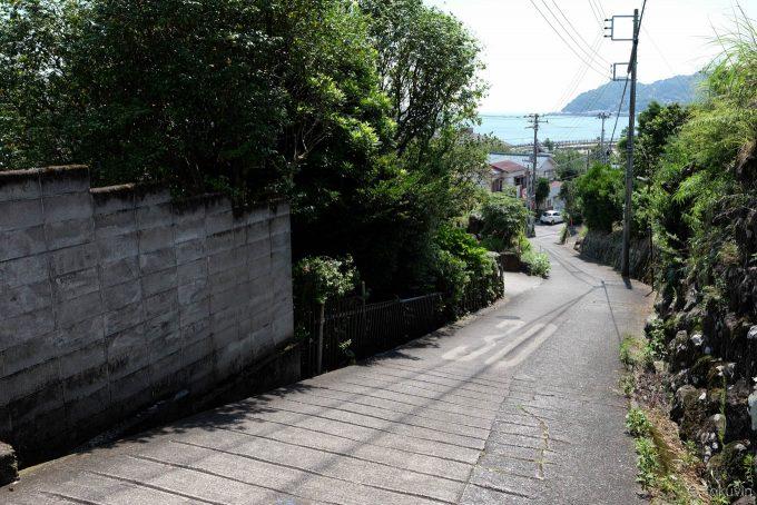 伊豆多賀駅から海へ向かう下り坂