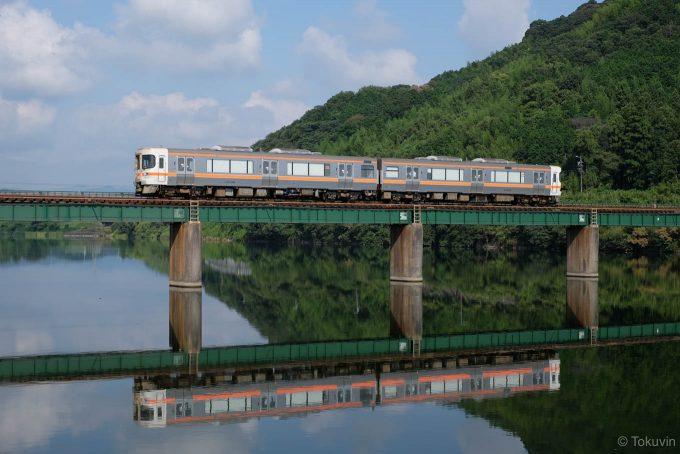 櫛田川を渡る普通列車 (FUJIFILM X-T1 + XF35mm F1.4R)