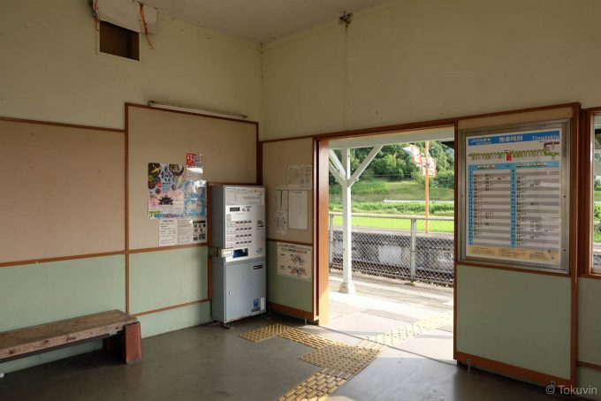 窓口の塞がれた駅舎内