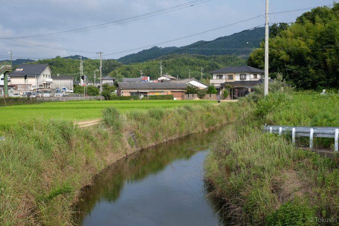 駅裏を流れる小さな川