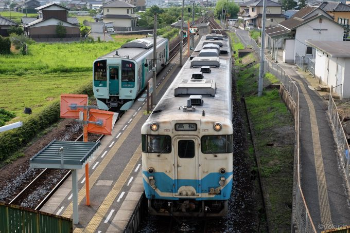 狭い島式ホームの鶴羽駅
