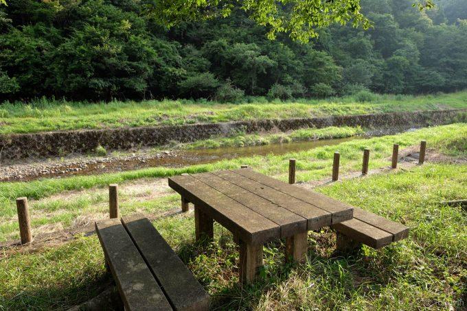 川沿いのベンチとテーブル