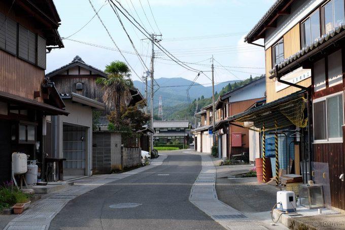 近江塩津の町中を走る道路