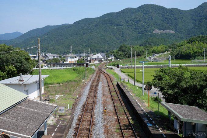 駅の先には県境の大坂峠が控える