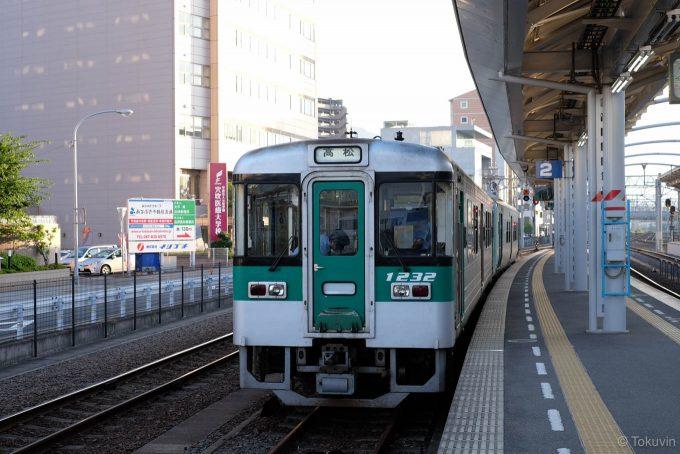 高松駅の2番線に到着した354D
