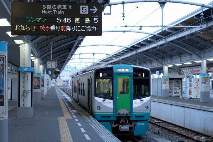 高松駅で発車を待つ4305D