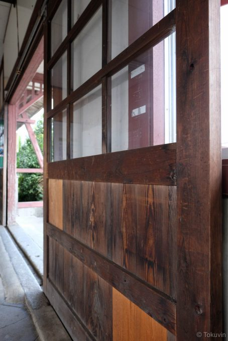 木製の引き戸