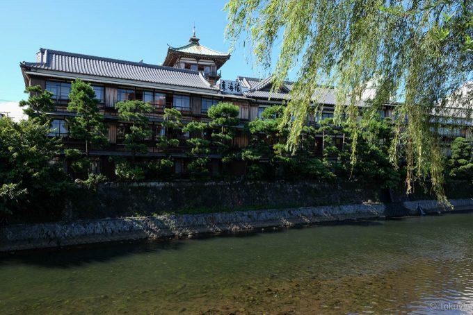 松川沿いから眺める東海館
