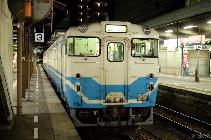 徳島駅3番線で出発を待つ4378D