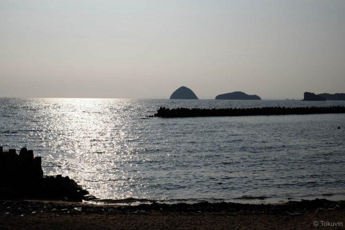 朝日の眩しい鶴羽の海