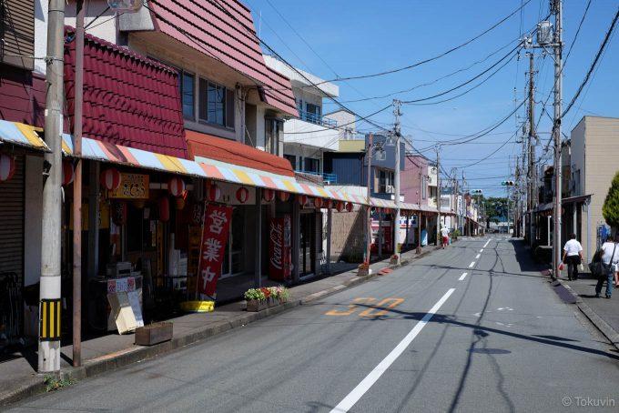 宇佐美駅前の商店街