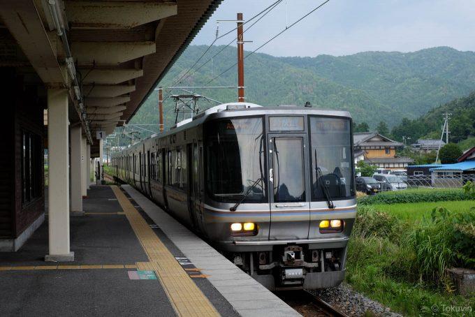 余呉駅に入線する3472M
