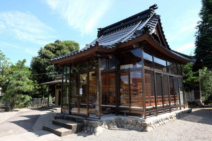ガラスで囲われた八幡社の拝殿